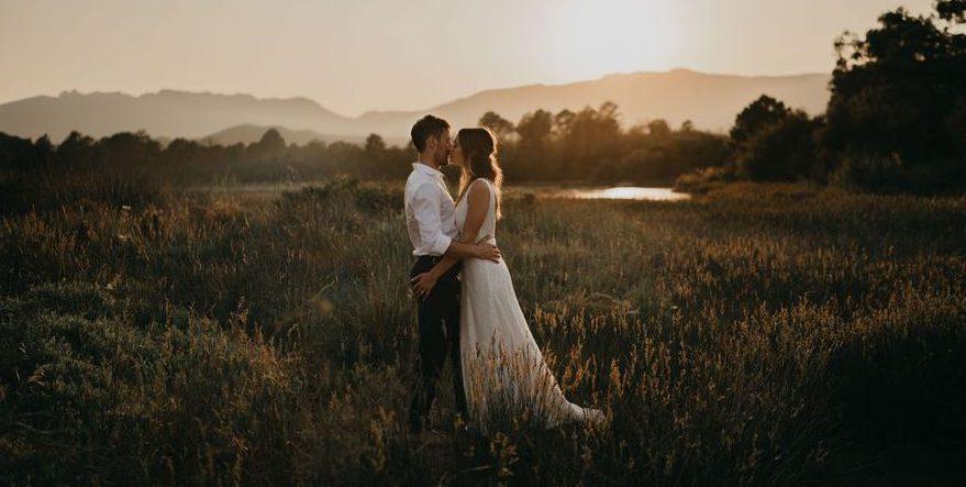 Photo de mariage lors du coucher de soleil